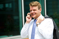 Портрет молодого бизнесмена говоря на телефоне Стоковая Фотография RF