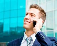 Портрет молодого бизнесмена говоря на телефоне Стоковые Изображения RF