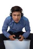 Портрет молодого бизнесмена играя видеоигру Стоковые Изображения RF