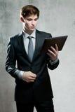 Портрет молодого бизнесмена с компьютером экрана касания Стоковые Фотографии RF