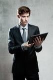Портрет молодого бизнесмена с компьютером экрана касания Стоковые Изображения