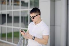Портрет молодого бизнесмена с smartphone Стоковые Изображения RF