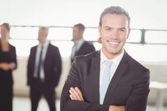 Портрет молодого бизнесмена усмехаясь на камере Стоковая Фотография