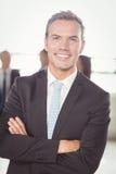 Портрет молодого бизнесмена усмехаясь на камере Стоковое Изображение