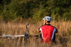 Портрет молодого велосипедиста в шлеме Концепция образа жизни спорта Стоковые Фотографии RF