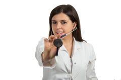 Портрет молодого женского доктора держа стетоскоп Стоковая Фотография