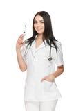 Портрет молодого женского доктора усмехаясь с шприцем в ее руке Стоковое Изображение