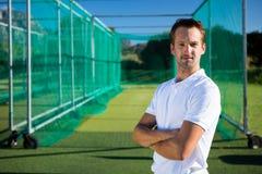 Портрет молодого игрока в крикет с оружиями пересек положение на поле стоковые фотографии rf