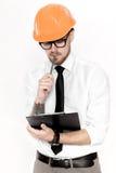 Портрет молодого инженера по строительству и монтажу в оранжевом шлеме с папкой на белой предпосылке Стоковое Фото