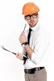 Портрет молодого инженера по строительству и монтажу в оранжевом шлеме с папкой на белой предпосылке Стоковое Изображение