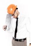 Портрет молодого инженера по строительству и монтажу в оранжевом шлеме с папкой на белой предпосылке Стоковые Фотографии RF