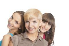 Портрет 3 молодого и положительной кавказской расчалки зубов девушек стоковые фото
