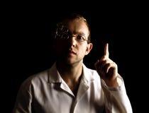 Портрет молодого и привлекательного доктора в ретро стеклах на черной предпосылке стоковые фото