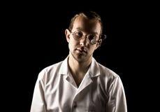 Портрет молодого и привлекательного доктора в ретро стеклах на черной предпосылке стоковая фотография