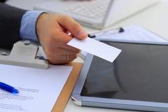 Портрет молодого красивого бизнесмена держа пустую белую визитную карточку Стоковое фото RF
