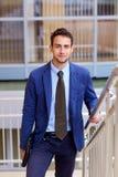 Портрет молодого красивого бизнесмена с компьтер-книжкой Стоковые Фото