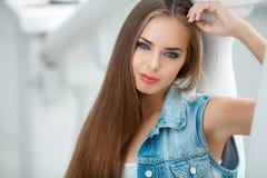 Портрет молодого красивого брюнет в городе Стоковое фото RF