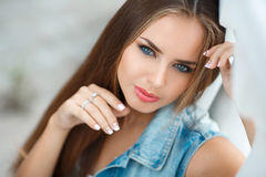 Портрет молодого красивого брюнет в городе Стоковые Фото