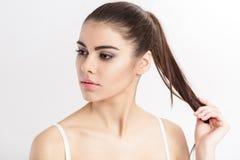 Портрет молодого красивого брюнет женщины с естественным составом очистьте кожу девушки Стоковая Фотография