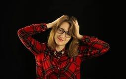 Портрет молодого красивого конца-вверх девушки в красной checkered рубашке с различными эмоциями на ее стороне Стоковое Фото