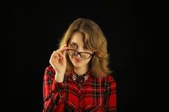 Портрет молодого красивого конца-вверх девушки в красной checkered рубашке с различными эмоциями на ее стороне Стоковое Изображение