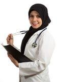Портрет молодого красивого мусульманского женского доктора держа папку Стоковая Фотография RF