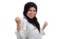 Портрет молодого красивого мусульманского женского доктора празднуя успех Стоковая Фотография