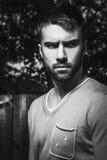Портрет молодого красивого человека, против внешней предпосылки стоковое изображение