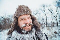 Портрет молодого красивого человека с бородой Конец персоны вверх бородатого человека Стоковые Изображения