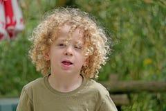 Портрет молодого мальчика с белокурым вьющиеся волосы Стоковая Фотография