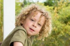 Портрет молодого мальчика с белокурым вьющиеся волосы Стоковое фото RF
