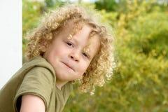 Портрет молодого мальчика с белокурым вьющиеся волосы Стоковые Изображения