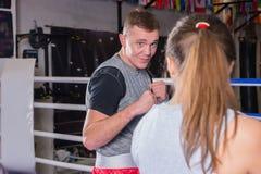 Портрет молодого мужского боксера в тренировке sportswear с женщиной Стоковые Фото