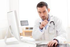 Портрет молодого доктора анализируя рентгенографирование Стоковые Изображения