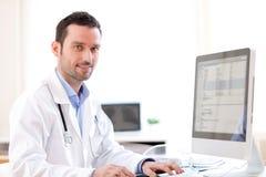 Портрет молодого доктора анализируя рентгенографирование Стоковые Фотографии RF
