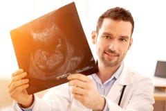 Портрет молодого доктора на работе Стоковое Изображение