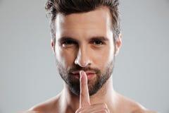 Портрет молодого очаровательного нагого человека показывая жест безмолвия Стоковые Фотографии RF