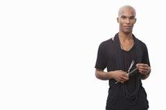 Портрет молодого парикмахера стоя против белой предпосылки стоковое фото rf