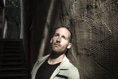 Портрет молодого, подавленного человека в боли Стоковая Фотография RF