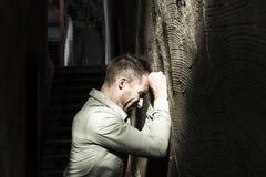 Портрет молодого, подавленного человека в боли Стоковые Фотографии RF