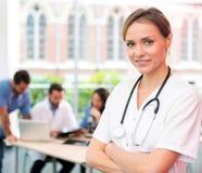 Портрет молодого привлекательного доктора на больнице Стоковое фото RF