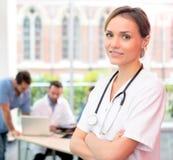 Портрет молодого привлекательного доктора на больнице Стоковые Изображения