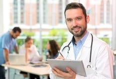 Портрет молодого привлекательного доктора на больнице Стоковое Изображение