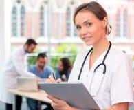 Портрет молодого привлекательного доктора на больнице Стоковые Изображения RF