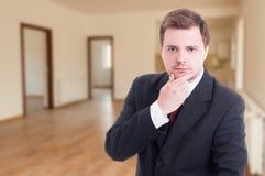 Портрет молодого риэлтора внутри пустой квартиры Стоковое Изображение RF
