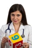 Портрет молодого дружелюбного женского удерживания доктора забавляется Стоковое фото RF