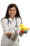 Портрет молодого дружелюбного женского удерживания доктора забавляется Стоковое Изображение RF