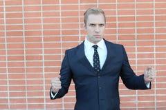 Портрет молодого сердитого бизнесмена показывая вам его кулаки Стоковое Изображение RF