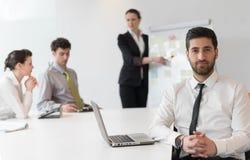 Портрет молодого современного арабского бизнесмена на офисе Стоковые Изображения RF