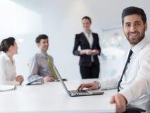 Портрет молодого современного арабского бизнесмена на офисе Стоковая Фотография RF